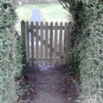 Pointed top pale gate